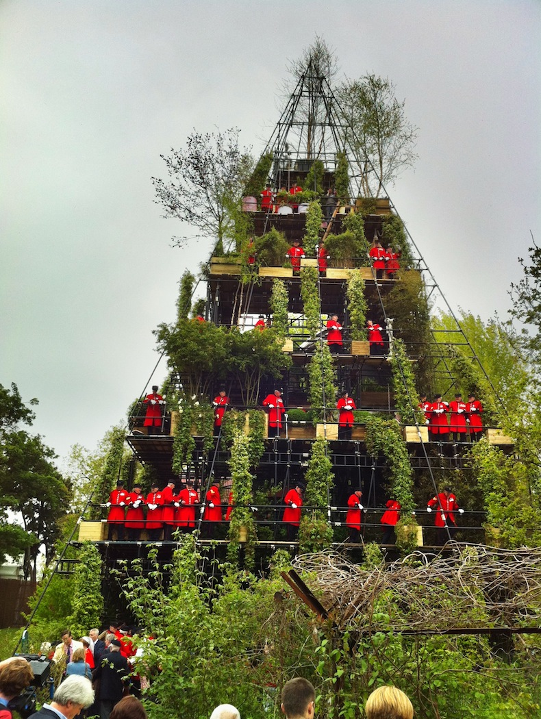 Diarmuid Gavin's folly. The red things are Chelsea Pensioners, soldiers who have risked life for King and Country who are now being humiliated for some cheap publicity, Some things never change. I need a stiff whisky and soda after all this!